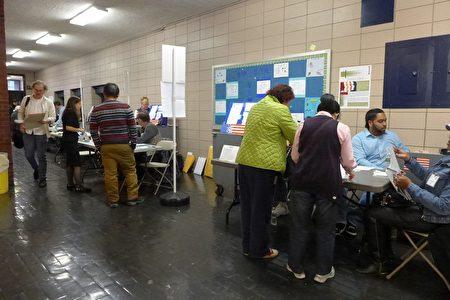 孫逸仙中學的選舉站往年華人為主,今年冒出來很多白人選民。