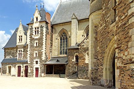 王室寓所(Le Logis royal)及礼拜堂(la chapelle)面对领主内院的一面(维基百科公共领域)