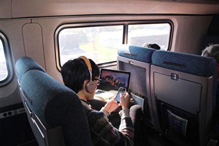 Amtrak普通座椅都配有折疊擱板、個人閱讀燈和120伏電源插座,寬敞舒適。(李豔/大紀元)