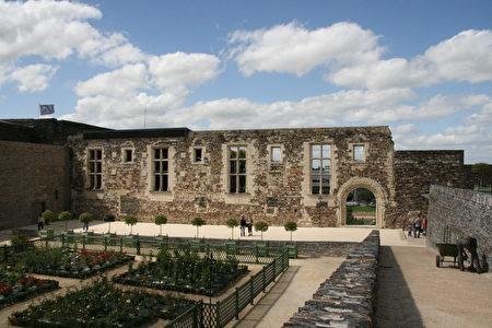古老的接待大厅(La Grande salle)残存的墙壁(维基百科公共领域)