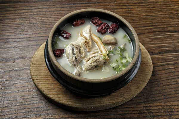 HAN BAT汤底熬制8小时、食材丰富的人参鸡汤。(张学慧/大纪元)