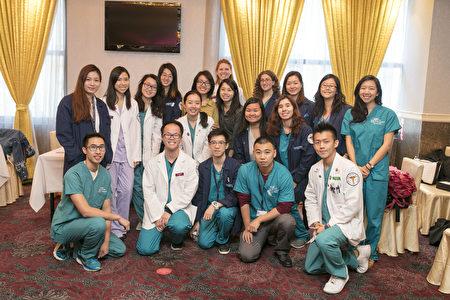 健康展上来参加义诊的纽约州立大学视光学院的师生为民众提供义诊和免费检测视力。(图 大纪元)