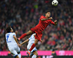 拜仁在主場被霍芬海姆1-1逼平。圖為兩隊球員拼搶瞬間。 (Matthias Hangst/Bongarts/Getty Images)