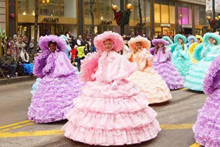 2016年11月24日,芝加哥举行第83届感恩节大游行。图为身着华丽服装的女士们。(David Yang/大纪元)