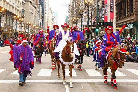 2016年11月24日,芝加哥举行第83届感恩节大游行。图为骑马的游行队伍。(David Yang/大纪元)
