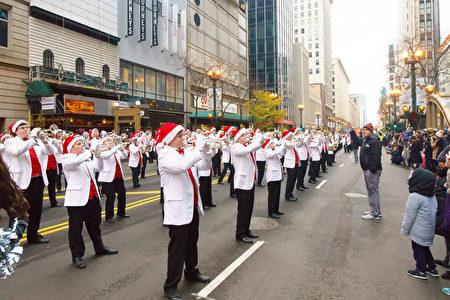 2016年11月24日,芝加哥舉行第83屆感恩節大遊行。圖為樂隊面朝觀眾演奏聖誕歌曲。(David Yang/大紀元)