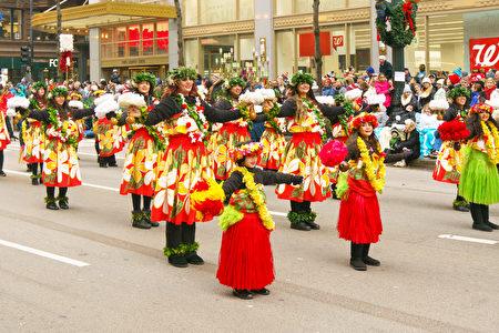 2016年11月24日,芝加哥舉行第83屆感恩節大遊行。圖為夏威夷風情舞蹈。(David Yang/大紀元)