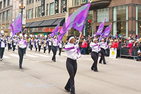 2016年11月24日,芝加哥舉行第83屆感恩節大遊行。圖為舞旗的軍樂隊。(David Yang/大紀元)