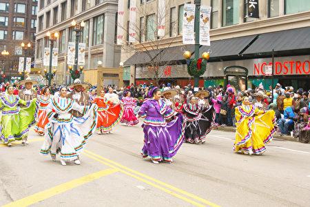 2016年11月24日,芝加哥舉行第83屆感恩節大遊行。圖為身著拉丁傳統服飾的隊伍。(David Yang/大紀元)
