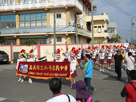 朴子国中管乐队参与2016嘉义县管乐踩街嘉年华的英姿。(蔡上海/大纪元)