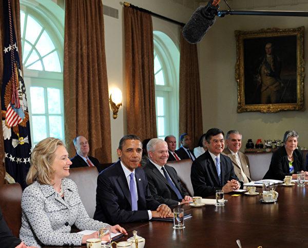 2011年5月3日,奧巴馬再白宮召開內閣會議。圖左一為時任國務卿希拉里,右二為時任商務部長駱家輝。(Leslie E. Kossoff-Pool/Getty Images)