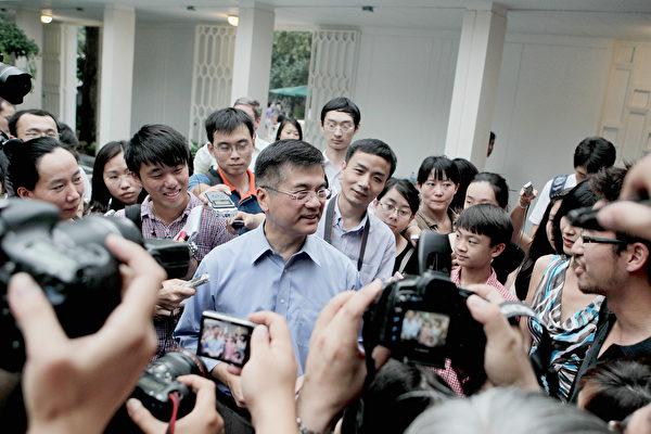 2011年8月14日,刚到北京上任的驻华大使骆家辉在住处会见媒体。 (Photo by Lintao Zhang/Getty Images)