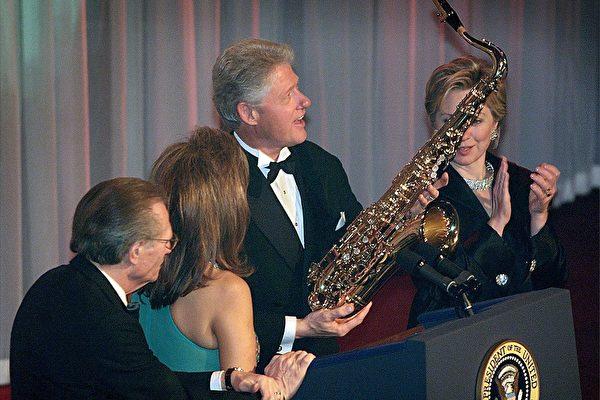 大選前不足10天,FBI在11月1日公開2001年克林頓前總統在卸任前一天赦免逃犯里奇的調查舊檔案。圖為2000年11月30日克林頓(右二)從里奇的前妻丹尼斯(左二)手中接過禮物。(STEPHEN JAFFE/AFP/Getty Images)