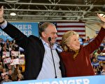 圖為2016年10月22日,希拉里與凱恩在賓西法尼亞州的匹茲堡出席一場競選集會。(ROBYN BECK/AFP/Getty Images)
