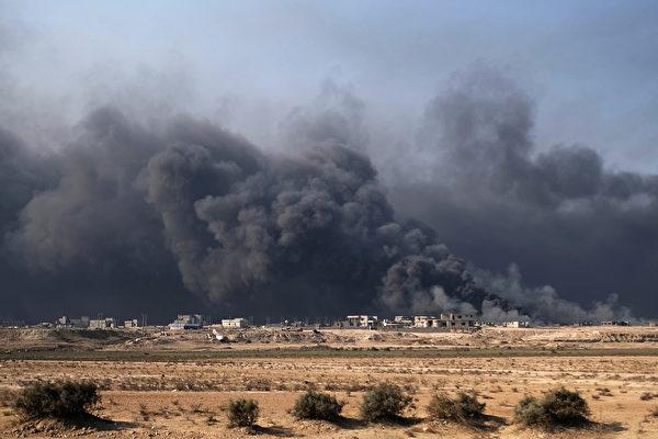 伊拉克聯邦警察部隊和軍方部隊星期六(11月5日)襲擊了伊斯蘭國(IS)控制的摩蘇爾南部的哈馬姆-阿利爾鎮。(AHMAD MOUSA/AFP/Getty Images)