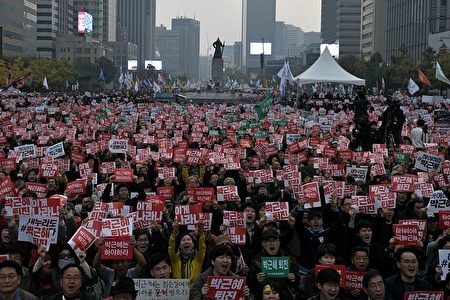 11月5日数万民众群聚在首尔市中心要求总统朴槿惠下台。( JONES/AFP/Getty Images)