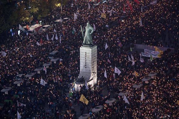 2016年11月5日晚,成千上萬的南韓民眾來到南韓首爾光華門廣場前舉行燭光集會,要求朴槿惠下台。(ED JONES/AFP/Getty Images)