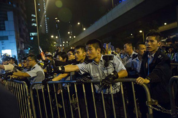 11月6日晚香港反释法游行后警民对峙。 (ISAAC LAWRENCE/AFP/Getty Images)