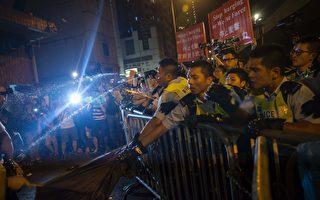 香港人在中聯辦抗議人大釋法 警方噴胡椒粉