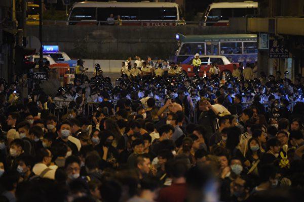香港反人大释法游行 警民爆发激烈冲突