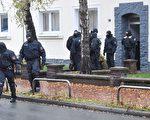 德國警方逮捕了五名伊斯蘭恐怖嫌犯。圖為警察11月8日在北部下薩克森州突襲一處住所。(JULIAN STRATENSCHULTE/AFP/Getty Images)