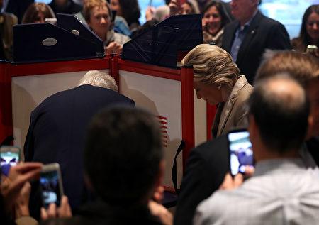 週二早上8點,民主黨候選人希拉里與丈夫克林頓抵達紐約投票所投票。她表示,如果幸運當選,將竭盡所能。(Justin Sullivan/Getty Images)