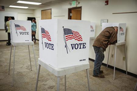 11月8日位於丹佛的一個大選投票點,選民在投票。(Marc Piscotty/Getty Images)