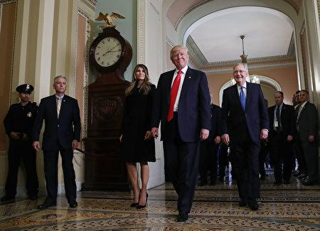 """川普的意外当选则瞬间变身""""白天鹅"""",道指以不断刷新历史高峰庆贺。图为川普(中)当选总统后,11月10日到美国国会与多数党领袖密契‧麦康诺(Mitch McConnell,右)会面。 (Mark Wilson/Getty Images)"""