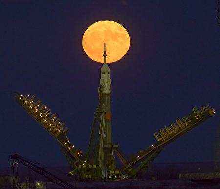 NASA表示,一直到2034年的11月25日之前,都不会再有这么接近地球的满月了。图为哈萨克斯坦火箭发射时拍摄到的超级月亮。( Bill Ingalls/NASA via Getty Images)
