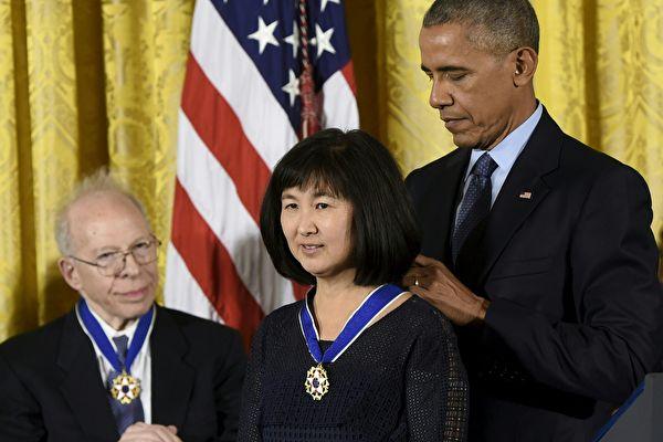 2016年11月22日,奧巴馬總統咋白宮為2016年總統自由勳章獲得者頒獎,其中華裔建築師林瓔是獲獎者之一。這是奧巴馬過去7年來第二次在白宮為林瓔授勳。(SAUL LOEB/AFP/Getty Images)