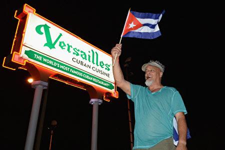 卡斯特罗去世,美国佛罗里达州迈阿密的小哈瓦那街区洋溢着一片欢欣鼓舞的气氛,古巴裔美国人上街庆祝祖国获得自由。(Gustavo Caballero/Getty Images)