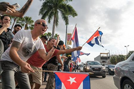 卡斯特罗去世,美国佛罗里达州迈阿密的小哈瓦那街区洋溢着一片欢欣鼓舞的气氛,人们上街庆祝古巴获得自由。(Angel Valentin/Getty Images)