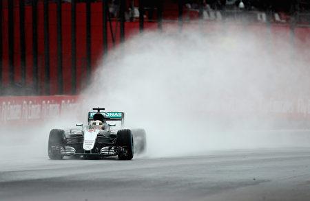 比赛在大水中进行。图为英国车手汉密尔顿驾驶着梅赛德斯赛车。 (Clive Mason/Getty Images)