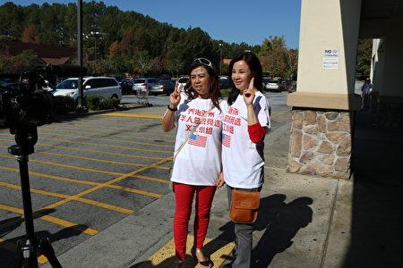 亞城華人參政踴躍,彩虹團隊力挺川普。圖為彭彩虹(右)和Diane徐(左)在接受采訪。(文竹/大紀元)