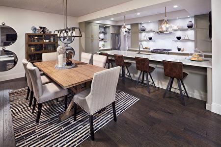 精致大气的厨房拥有可横排坐下四人的超大尺寸中央岛;充裕的下厨和用餐空间(Lupi Luxury Homes 提供)。