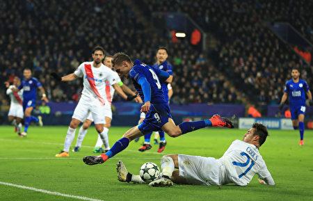 莱斯特城2-1击败布鲁日,前一轮锁定小组第一,闯入欧冠16强。图为双方球员拼抢瞬间。 (Richard Heathcote/Getty Images)