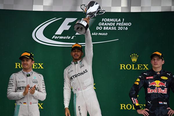 F1巴西站小汉雨战登顶 总冠军悬念留最后