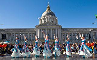 加州飛天藝術學院學生在舊金山市政廳廣場前的演出活動。(馬有志/大紀元)