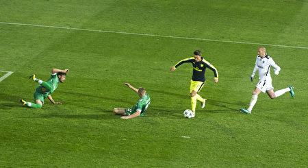 厄齊爾挑過對方門將,再晃倒兩名防守球員,打進一粒精彩進球,助阿森納3-1逆轉盧多戈雷茨。 (ROBERT ATANASOVSKI/AFP/Getty Images)