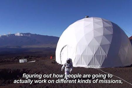 航空航天局于2016年8月28日结束夏威夷莫纳罗亚火山(Mauna Loa)模拟火星生存试验。(AFP视频截图)