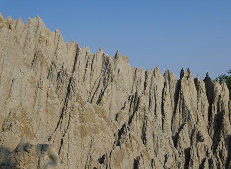 有別於台灣其他的惡地風景區,彌陀漯底山能近距離觀察到泥岩惡地和泥火山噴口。(方金媛/大紀元)
