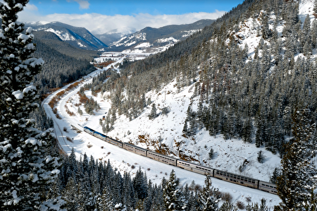 一列穿過雪山山脈的加州和風號火車。(Amtrak提供)