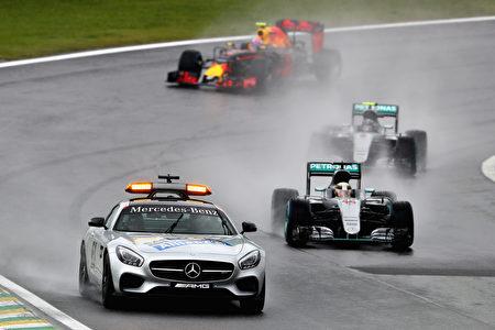 比赛因事故多次被中断。图为安全车带队领跑。(Clive Mason/Getty Images)