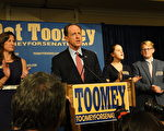 Pat Toomey參議員發表勝選演說。他感謝家人多年的全力支持,競選團隊的出色工作,和義工、支持者的努力。並再次強調他在下一個6年裡努力的目標。(司瑞/大紀元)