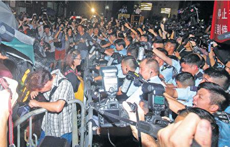 約4千名市民昨晚遊行結束後改到中聯辦抗議,並與警方發生衝突及對峙,警方多次施放胡椒噴霧。(蔡雯文/大紀元)