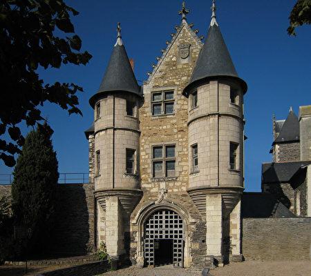 小城堡(Le Châtelet)是领主内院的入口。(维基百科公共领域)