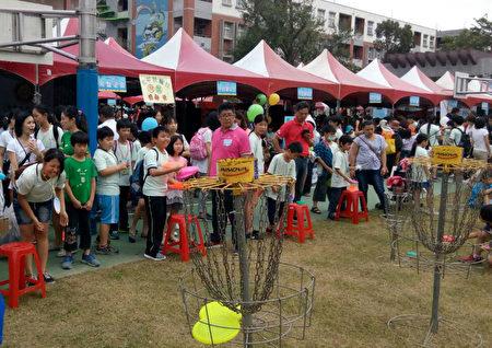 学童在园游会中开心玩游戏欢度假日。(扶轮社提供)