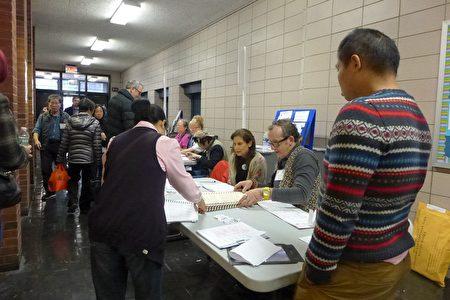 協調員馬文南說,孫逸仙中學的選舉站今年突然增加了三類人:白人年輕選民、第一次參加選舉的人、使用臨時(宣誓)選票的人。