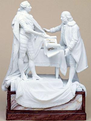 《1778年2月6日路易十六將法國和美國之間簽署的條約交付給富蘭克林》(Louis XVI remettant à Benjamin Franklin les traités signés entre la France et les Etats-Unis, le 6 février 1778),Charles-Gabriel Sauvage dit Lemire(1741-1827年)製作,約1780-1785年,白瓷,卡納瓦萊博物館收藏。(維基公共領域)