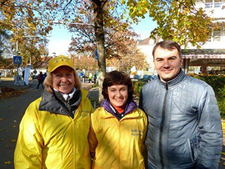 (左到右)亞歷山德拉、卡羅琳娜和戴尼斯坐車20多個小時從烏克蘭來到慕尼黑參加法輪功活動。(文婧/大紀元)